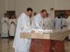 Altoriaus pašventimas. Diakonai nuvalo altorių