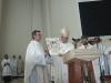 Apaštališkasis nuncijus vysk. Luigi Bonanzzi perduoda klebonui kun. Jacek Paszenda šv. Tėvo Benedikto XVI linkėjimus ir palaiminimą parapijos bendruomenei