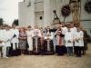 1997 m. liepos 20 d. Varpinės kryžiaus pašventinimas. Nuotraukoje kun. Petras Dumbliauskas SDB ir kun. Jacek Paszenda SDB du patarnautojais ir adoruotojomis