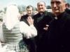 1996 m. rugpjūčio 12 d. Svečias iš Romos sutinkamas Vilniaus prie koplyčios. Iš dešinės: Maskvos inspektorius kun. Zdzisław Weder SDB, vyriausiasis rektorius kun. Edmundo Vecchi SDB, kun. Mykolas Petravičius SDB