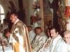 1996 m. rugpjūčio 12 d. Šventinamas bažnyčios kertinis akmuo. Prie altoriaus vyriausiasis rektorius kun. Edmundo Vecchi SDB