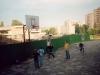 1998 m. Oratorijos vaikai žaidžia krepšinį vienuolyno kieme