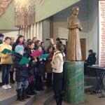 Św. Jan Bosko jakby strzeże młode scholanki przez całą Mszę św