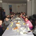 """Dzieci i młodzież z """"Glorii"""" przy stole podczas obiadu. Widać, jacy są szczęśliwi"""
