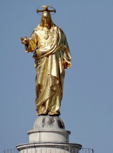 Auksinė Jėzaus Širdies figūra virš Romos stogų